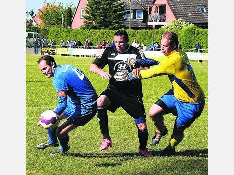 VfL-Kapitän Tobias Fischer und Keeper Björn Brinkmann können RSV-Stürmer Dieter Ahlers (Mitte) im letzten Moment gemeinsam stoppen.