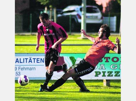 Mit einer Grätsche stoppt Malte Dogs (r.) den RSV-Doppeltorschützen Peter Minch. Der TSV Pansdorf II sorgte für einen verspäteten Anpfiff der Partie.
