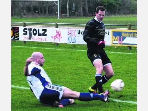 Benjamin Knoop (l.) grätscht RSV II-Spieler Tim Waclawek den Ball vom Fuß. Der RSV II trennte sich 1:1 vom FC Riepsdorf.