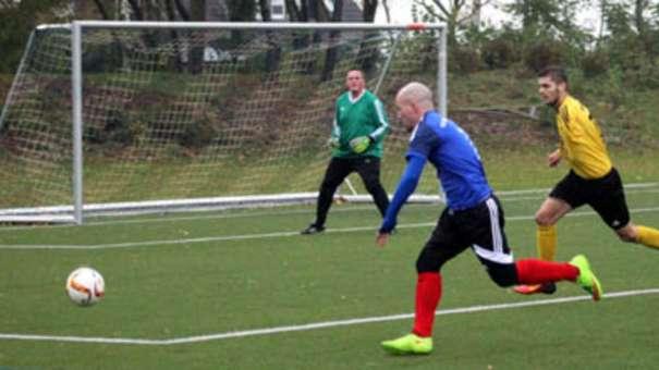 Matthias Jährig (l.) gab im Spiel gegen den Aufsteiger TSV Neustadt II die Vorlage zum 1:0 durch Kevin Grapengeter. Am Ende mussten sich die Gastgeber mit einem 2:2 begnügen. © Fehmarn24/Normen Noffke