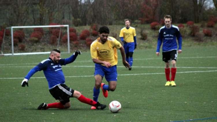 Thorsten Hundertmark (l.) gewann mit der SG Insel Fehmarn V auch das zweite Inselderby in dieser Saison gegen den TSV Westfehmarn (hier mit Yasser Kahlaf). Die SG V setzte sich knapp mit 1:0 durch. © Fehmarn24/Andreas Höppner