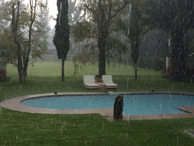 lluvia en la piscina