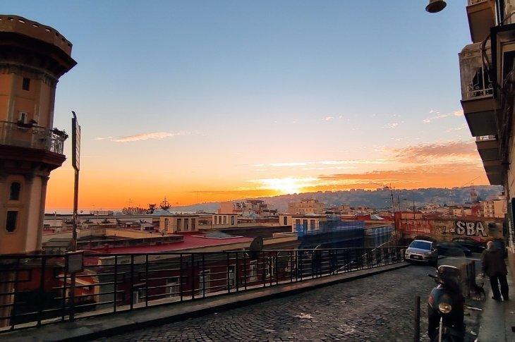 Potrebbe tranquillamente essere un quadro di inizio '800 di un tranquillo paesino del nord Europa, invece è magicamente Napoli, in pieno sud Italia,