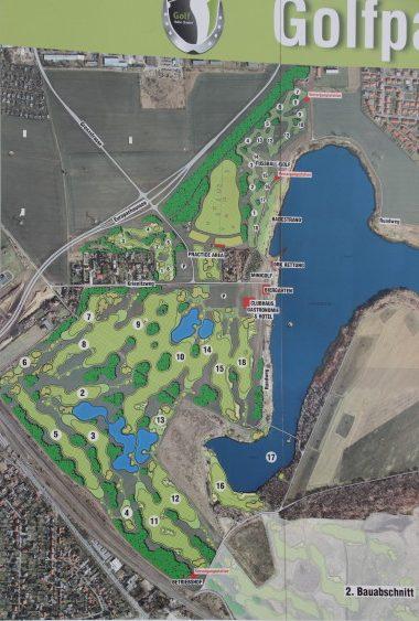 Baustellensschild mit Golfplatzplan. Foto: XKN