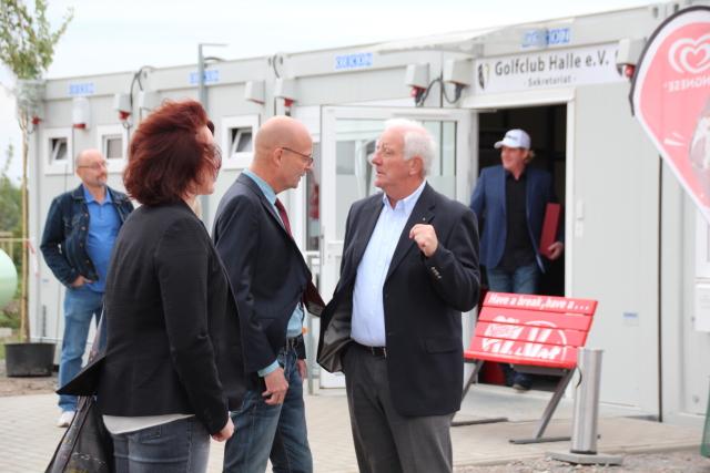 Oberbürgermeister Bernd Wiegand (mitte) und Golfplatzinvestor Norbert Labuschke (rechts) im Gespräch. Foto: XKN