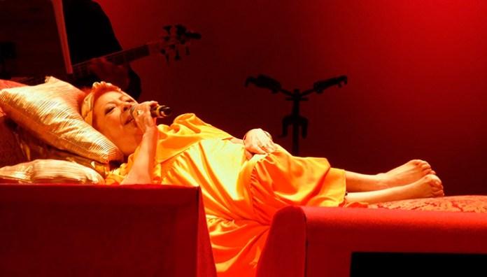 Faleceu Beth Carvalho – Veja o vídeo do Show onde cantou deitada