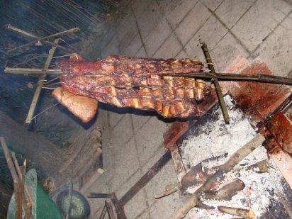 L'Asado alla moda argentina viene cucinato per qualche ora sopra carboni ardenti...spesso lo serviamo in bella vista durante le serate di tango argentino
