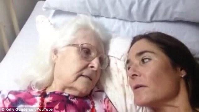 Malata di Alzheimer riconosce la figlia, il web si commuove