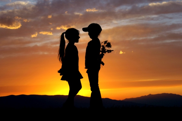 Primo amore, i ricordi delle prime esperienze in un video
