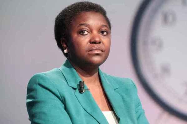 """Cecile Kyenge vittima di razzismo su Facebook: """"Speriamo che cada il tuo aereo, scimmietta"""""""