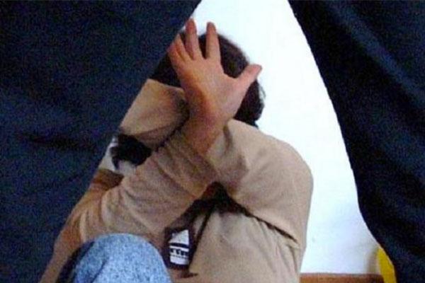Siena: picchia la moglie incinta con un bastone davanti al figlioletto