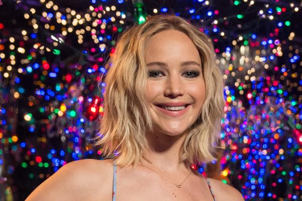 Jennifer Lawrence fa visita ai bambini in ospedale per Natale
