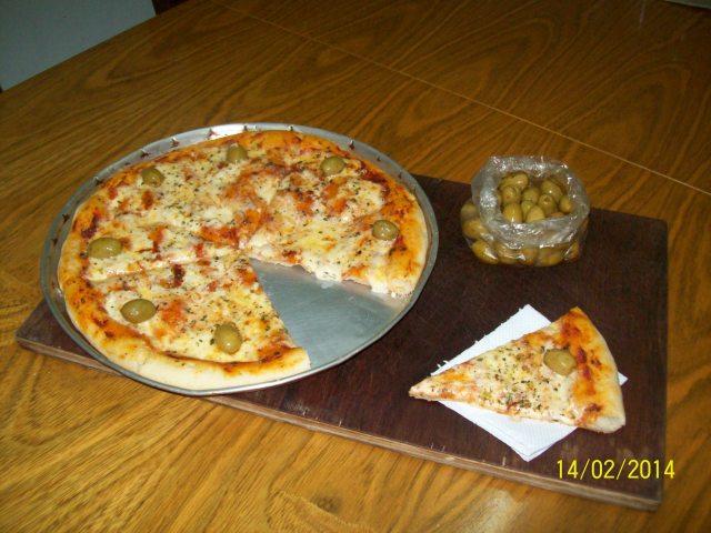 Preparando  pizzas para compartir con amigos,entre buenas charlas.