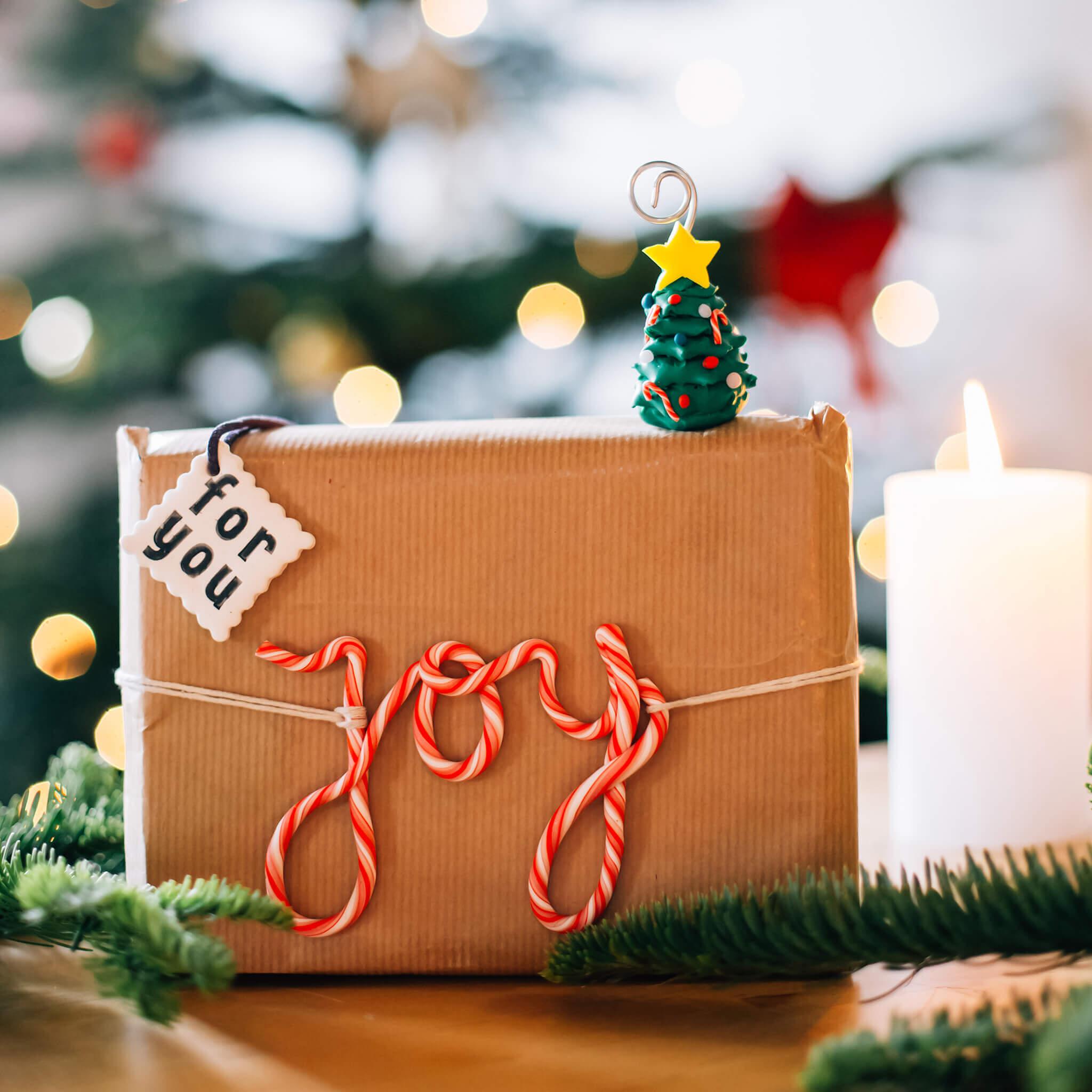 Kerstdecoratie maken met FIMO klei   Maak leuke kerstdecoratie met FIMO klei en pak bijvoorbeeld je kerstcadeautjes leuk in met labels van klei of maak kerstboompjes!