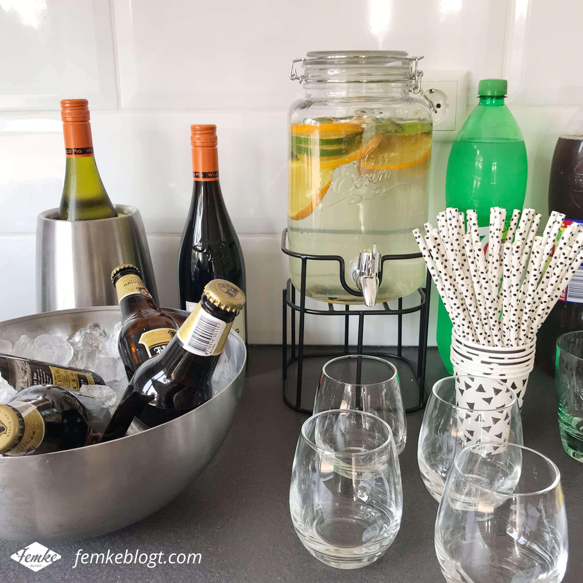Onze housewarming | Verschillende dranken en fruitwater in een handige drankdispenser met kraantje.