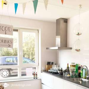 Onze housewarming | Aanrecht vol met drinken en confetti ballonnen