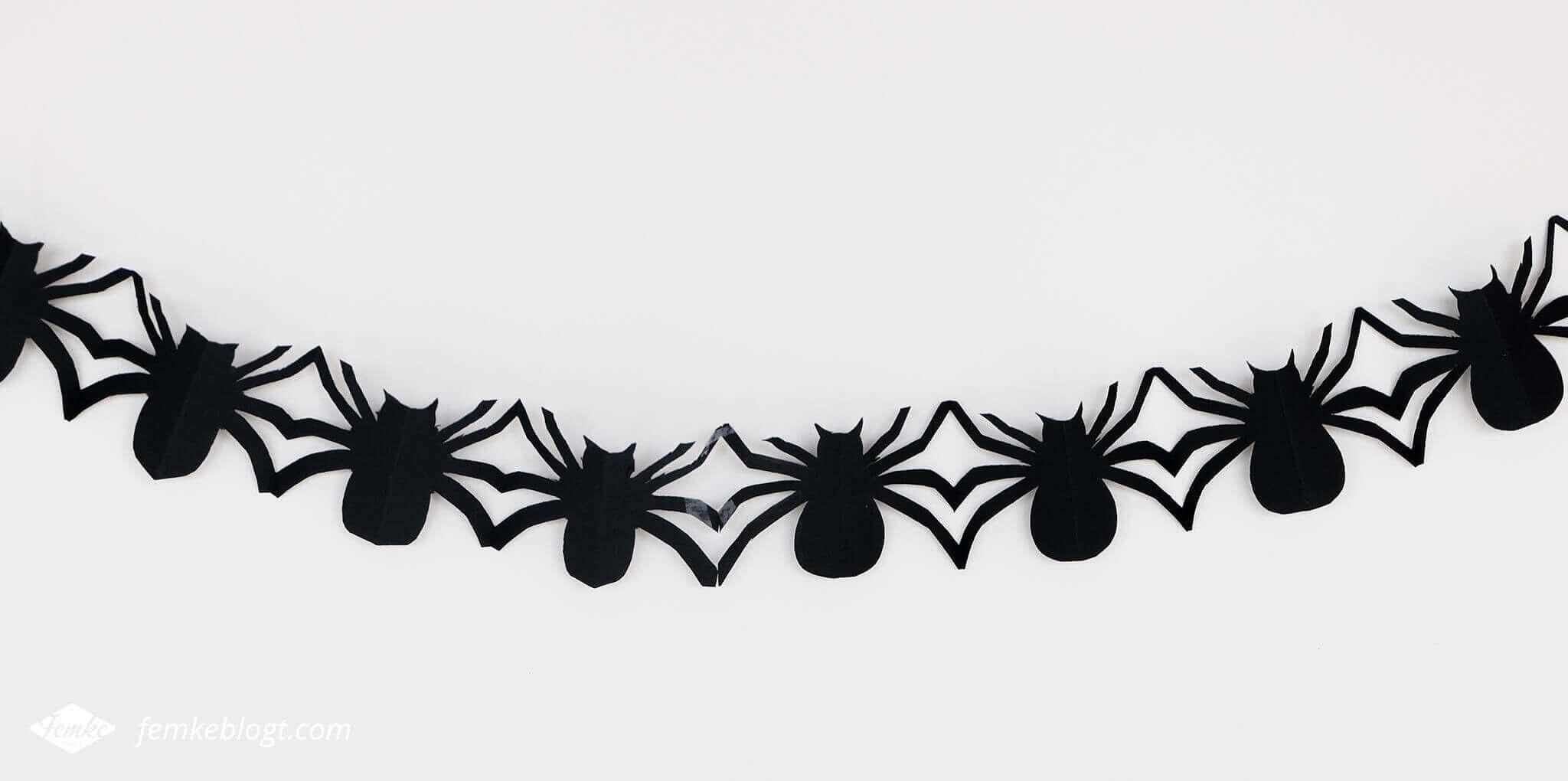 DIY Halloween decoratie   Slinger van spinnen