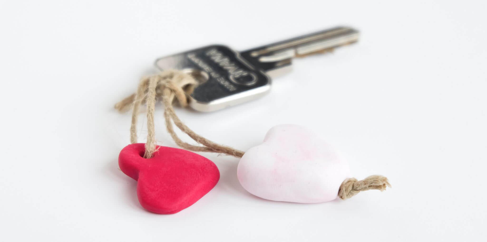 DIY valentijnshartjes van FIMO klei | Maak hartjes sleutelhangers van FIMO klei als cadeautje voor Valentijnsdag