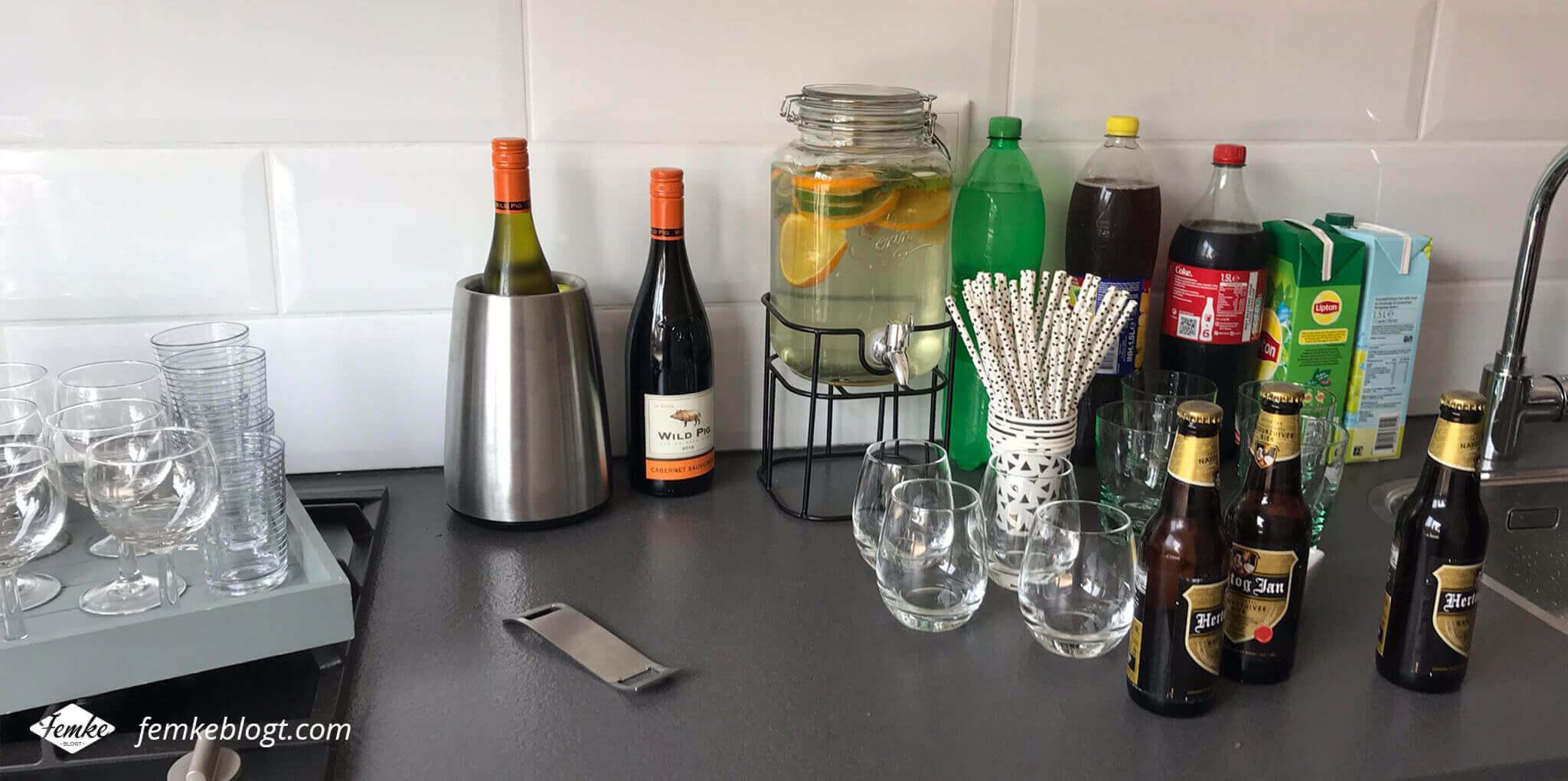 Onze housewarming | De dranken met fruitwater in een drankdispenser, feestelijke bekers en rietjes