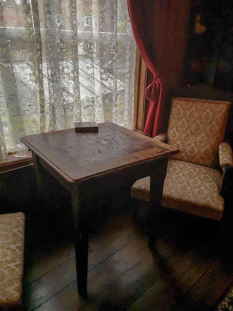 Beaucoup de meubles et la plupart des images ont été rassemblés auprès de l'Institut lui-même, y compris cette vieille table de brouillons.  Il y a une photographie d'une ligne de ceux-ci dans l'Institut utilisée par les hommes.  (26880848)
