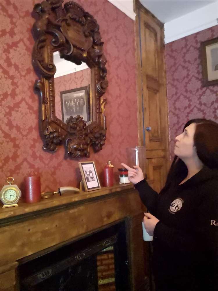 Le miroir sculpté à la main Heaven and Hell occupe une place de choix dans le musée.  (26880842)