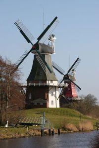 Die zwei Windmühlen von Greetsiel [Sail Over], via Wikimedia Commons