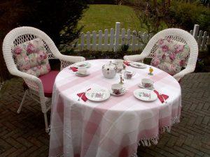 Teetrinken auf der Terrasse