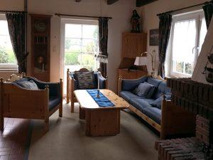 Wohnzimmer mit gemauertem Kamin