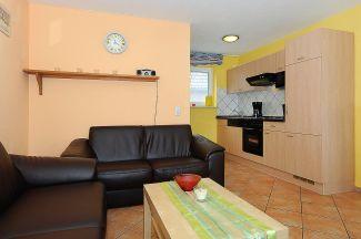 Couch und Einbauküche