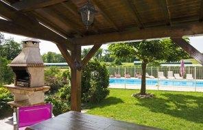 Terrasse couverte et piscine