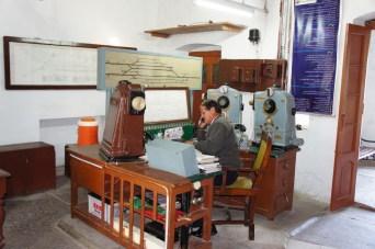 Der Station Master in Taxila bei seiner Arbeit. Die Leit- und Sicherungstechnik entspricht in den Grundzügen noch dem Originalzustand von vor 100 Jahren