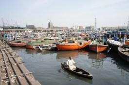 Mein Boot (hier nicht auf dem Bild, aber vergleichbar mit einem Boot im Hintergrund) zu einer von Karachi vorgelagerten Insel wurde dermaßen vollgeladen, dass selbst die pakistanischen Mitreisenden anfingen zu protestieren