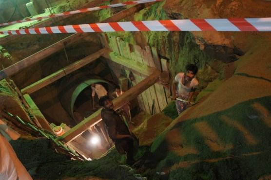 Hier wird noch richtig Hand angelegt: Bauarbeiter schaufeln zu später Stunde den Weg für ihre Rohrleitung (gesichtet in Lahore)