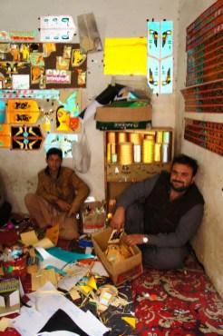 Die Gestaltung der Außenflächen von Lkw ist in Pakistan ein eigener Wirtschaftszweig. In diesem Geschäft bzw. in der gesamten Straße hier in Rawalpindi wird fleißig gebastelt und werden Fahrzeuge verziert