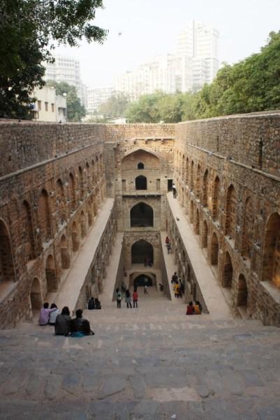 Die Treppenbrunnenanlage Agrasen ki Baoli ist ein beliebter Treffpunkt für junge Leute
