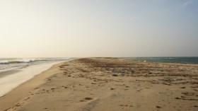 Auf dem Weg zum östlichsten Zipfel von Pamban Island. Links und rechts tost das Meer, die Insel ist nur wenige Meter breit
