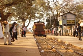 Die Provinz Chattisgarh in Zentralindien weist nicht ganz so viele Sehenswürdigkeiten auf wie andere Provinzen. Das Interessante sind hier vielmehr die Leute - oder eher andersherum: Das Interessante für die Leute bin ich, denn Touristen verirren sich in die Region kaum (Foto: Bahnhof Abhanpur bei Raipur)