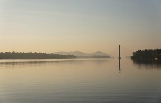 Morgendliche Stimmung in Keralas nördlichstem Backwater in der Nähe von Payyanur. Die Hängebrücke ist aus einem mir unbekannten Grund zusammengefallen