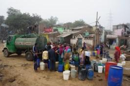 Selbst in New Dehli haben nicht alle Haushalte (auch neu erbaute Häuser) Leitungswasser. Hier stehen die Menschen am Tankwagen an, um sich ihre Ration abzuholen