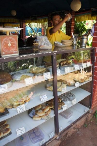 """Frische Backwaren, die unseren deutschen Vorstellungen entsprechen, sind in Indien recht schwer zu finden. Wie gut, dass es die """"German Bakery"""" gibt. In Nepal hat anscheinend ein Deutscher Nachhilfe beim Backen gegeben. Die Nepalesen tragen das Handwerk nun nach Indien. In verschiedenen Städten in Indien findet man heute eine von Nepalesen betriebene """"German Bakery"""". Hier in Palolem, Goa, gibt es Schokocrossaints, Apfelkuchen, Mango Crumble,..."""