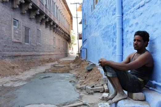 Ein Bauarbeiter beim Pausieren