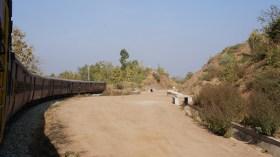 In Indien werden sukzessive Meterspurstrecken (und z.T. die Strecken mit noch geringerer Spurweite) auf Breitspur umstellt. Dabei wird die Strecke auch neu trassiert, wie hier aus dem Meterspurzug Udaipur-Ahmedabad zu erkennen ist
