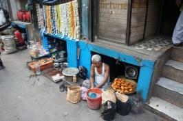 Verhungern tut man in Indien sicher nicht, denn Essen gibt es fast überall. Und bei der Wahl der Zubereitungs- und Verkaufsorte sind die Inder sehr kreativ, wie der Samosa-Bäcker, der in diesem Kellerverließ in Kolkata sein Ware zubereitet und verkauft