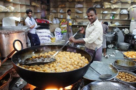 In der indischen Küche (aber auch in Pakistan und in Bangladesch) wird frittiert was das Zeug hält. Hier werden, wenn ich mich recht erinnere, Samosa zubereitet (Old Dehli)