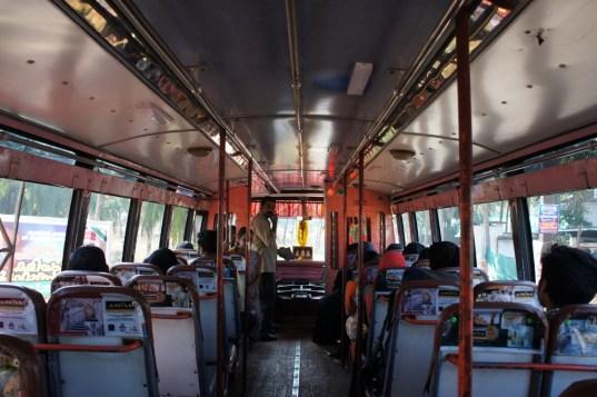 Die Busse in Kerala haben keine Glasfenster, sondern nur Metallrollläden, die nachts heruntergezogen werden. Interessant bei den Bussen in dieser Provinz sind auch die Bremsleuchten an der Fahrerkabine (rot beim Bremsen, sonst grün)