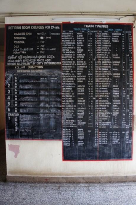 In fast allen Bahnhöfen Indiens gibt es Räume für Reisende, die man bei längeren Umsteigeaufenthalten nutzen kann. In Kollam nutze ich für die Übernachtung einen solchen Raum. Alles hat seine Ordnung: Auch mein Name findet sich links unten neben der Abfahrtstafel unter 4B wieder