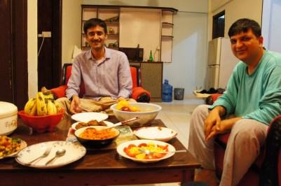 ... mein Gastgeber in Karachi Hassan (links) und sein Kumpel aus Lahore beim gemeinsamen Abendbrot...