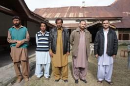... Jahandads Vater (Zweiter von rechts) und sein Cousin (ganz rechts) sowie Freunde und Diener...