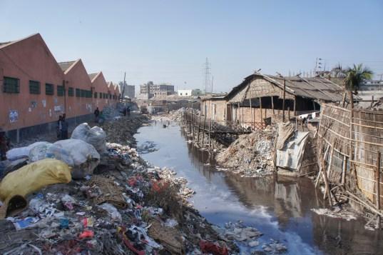 Im westlichen Dhaka reiht sich eine Lederfabrik an die nächste. Die Umweltverschmutzung ist enorm - so schlimm, dass selbst die Stadtregierung die Gefahr für die Menschen erkannt hat und die Lederfabriken aus dem Stadtgebiet verbannen möchte (das tatsächlich zu forcieren ist eine andere Sache)