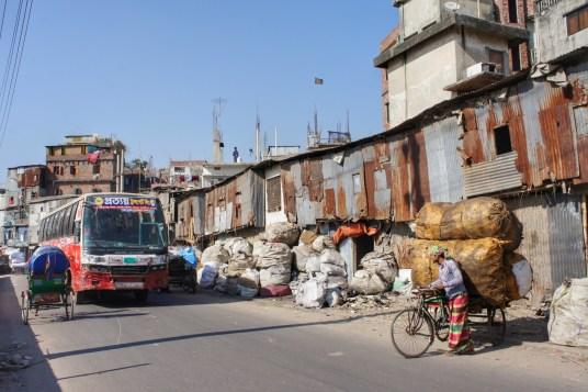 Entlang dieser Straße wird recycelt was das Zeug hält: Plastikbänder, Plastikflaschen, Tüten, etc.